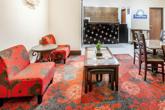 Days Inn Arlington: Front Desk and Sitting Area
