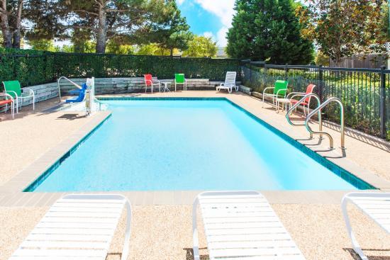 Days Inn Arlington: Pool