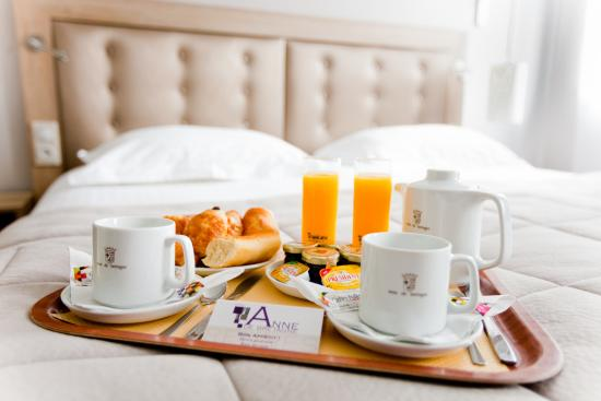 petit dejeuner au lit photo de hotel anne de bretagne rennes tripadvisor. Black Bedroom Furniture Sets. Home Design Ideas