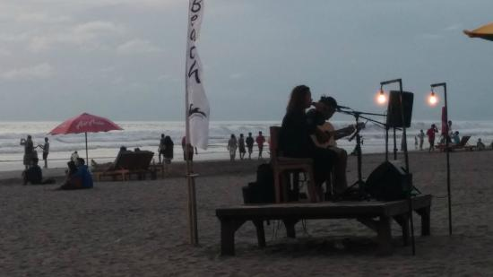 Puri Naga Seaside Cottages : Take a stroll down the beach or listen to the sweet live music by talented local musicians.