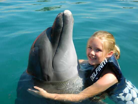 Delfiniti: Tierno abrazo con Chocho