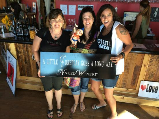 Hood River, Oregón: Long time Vino Vixen, Shelly gets newbies in our Bend tasting room Naked!