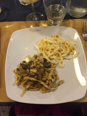 Province of Novara, İtalya: Bis di primi: tagliatelle ai funghi e alla fonduta
