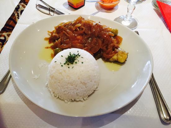 Porokhane: La première est un poulet yassa avec du riz et la deuxième un ananas frais et coupe en tranches