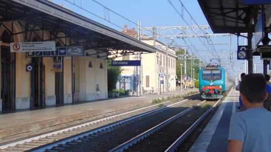 Orvieto Rail Station: Estação Orvieto chegando o trem regional para ROMA