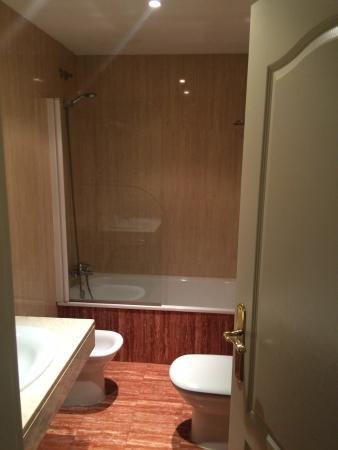 Hotel Velilla: Bathroom