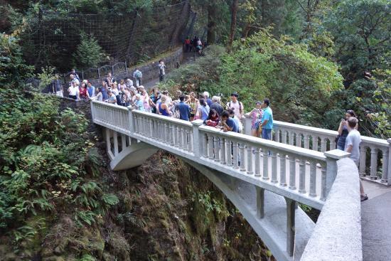 Hood River, Oregón: folks on the bridge over Multnomah falls