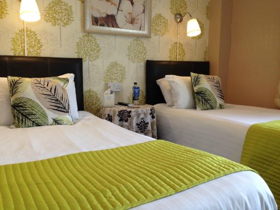 The Corona: Guest twin room with en-suite shower room