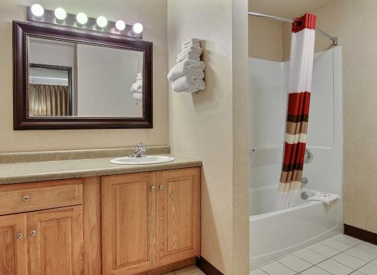 Red Roof Inn Sioux Falls: Queen Suite Bath