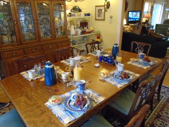 Red Sleigh Inn: The breakfast room