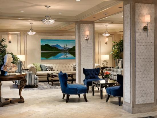 Chateau Victoria Hotel and Suites : Modern lobby