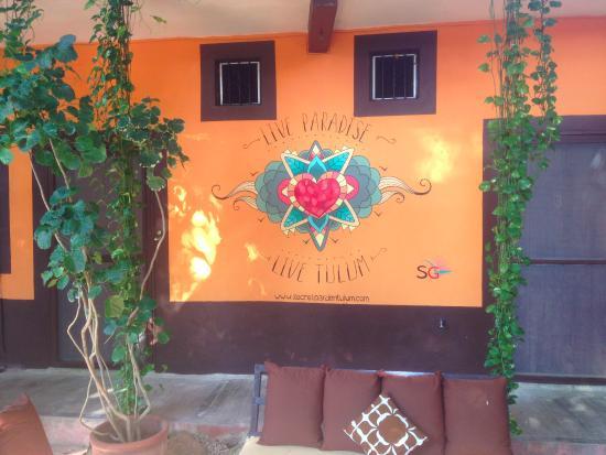 Secret Garden Hotel: Wall in garden