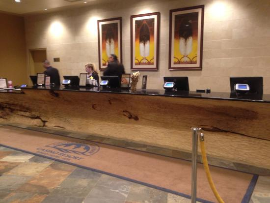 Hogansburg, Nowy Jork: check in desk notice the hollowed out tree