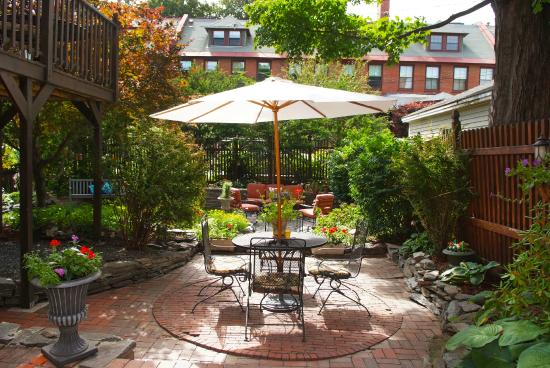 The Inn On Carleton: Morning coffee or and afternoon snack in the garden