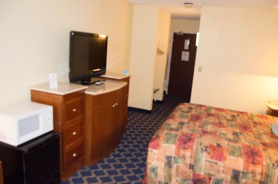 Days Inn Niantic Near Casinos: Microwave and mini refrigerator