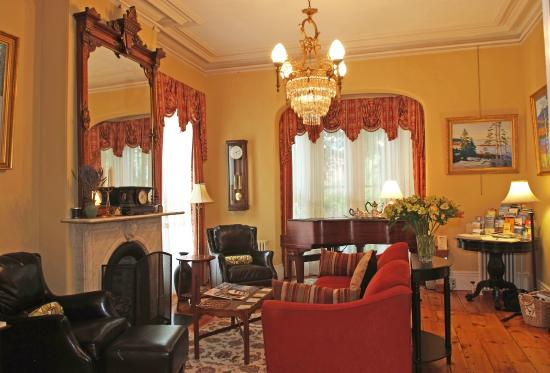 Inn On Carleton: The Front Parlor