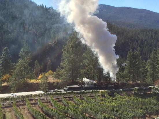 Summerland, Kanada: Kettle Valley Train from local Winery view
