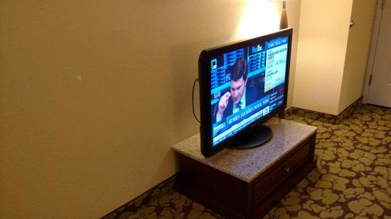 Hilton Garden Inn Wisconsin Dells: Poorly designed tv stand for families with small children