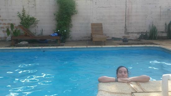 Hotel Iguazu Royal : piscina con ducha y reposeras acorde al hotel