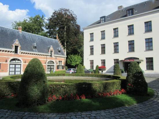 Hotel Kasteel Solhof : Voortuin met vijver