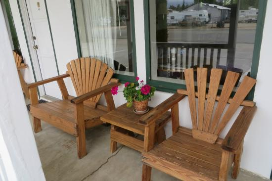Ray's Den Motel: porch chairs