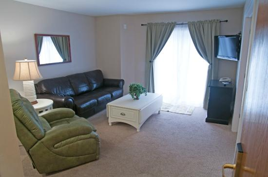 Charlevoix Inn & Suites: King Suite with Lake View Pet Friendly Living Area
