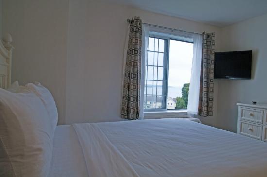 Charlevoix Inn & Suites: Queen Suite with Lake View Master Bedroom