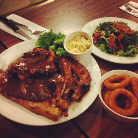 Howdy Grillhouse : Triple platter, garden salad and onion ring