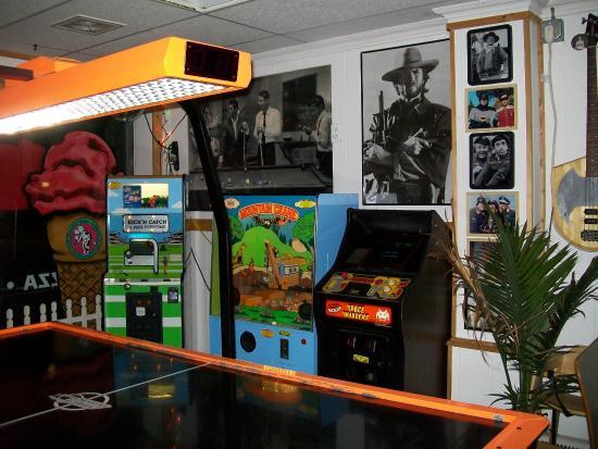 Rossi's Pizza & Vintage Arcade: Air Hockey and vintage crane games