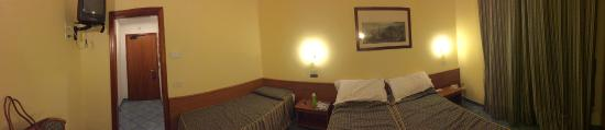 Hotel Zi Teresa: Drab, dark room