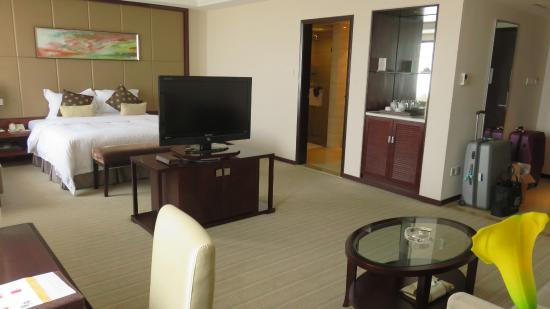 Zhengzhou Yuehai Hotel: TV on swivel pedestal..enjoy TV from bed or sofa