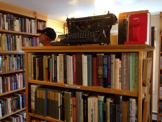 Digby, Canada: WOW! Found this fantastic book store on our way to the ferry. I have never encountered such a va