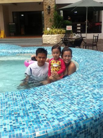 La Carmela de Boracay: family enjoying the pool.......