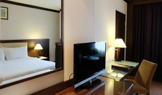 Zenith Sukhumwit Hotel Bangkok: Deluxe room dressing area and working table