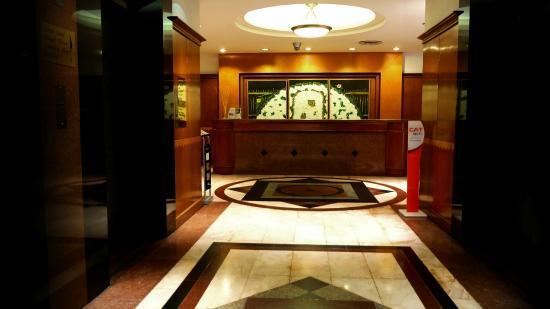 Zenith Sukhumvit Hotel Bangkok: Car park arrival area
