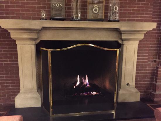 Menlo Park, CA: フロント前の暖炉