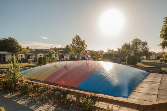 Timaru TOP 10 Holiday Park: Jumping pillow