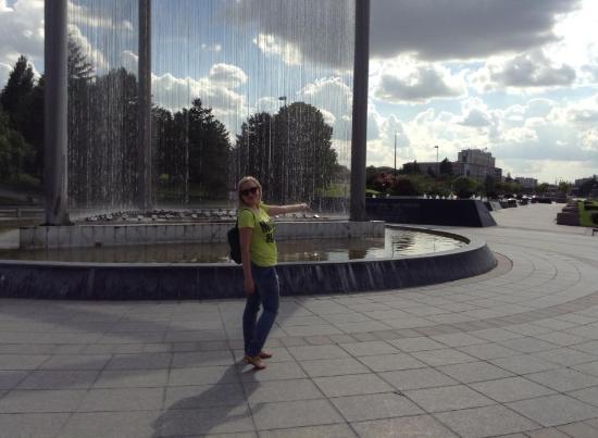 Demora Hotel: Недалеко от отеля такой вот фонтан на площади