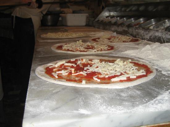 Cusiano, Italien: Preparazione pizze succulente!