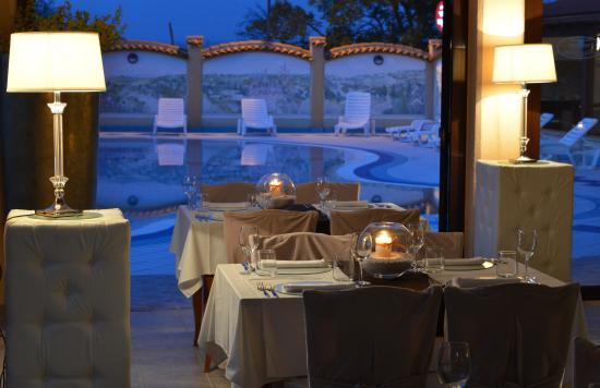 هوتل فيلا ليتان: Dining overlooking swimming pool