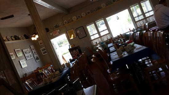 Ernie's Old Harbor Restaurant: Ernies before the crowds come in