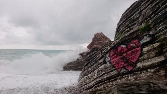 Rafailovici, Karadağ: Слоистые скалы