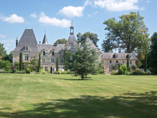 Petit-Bersac, France : The beautiful Chateau