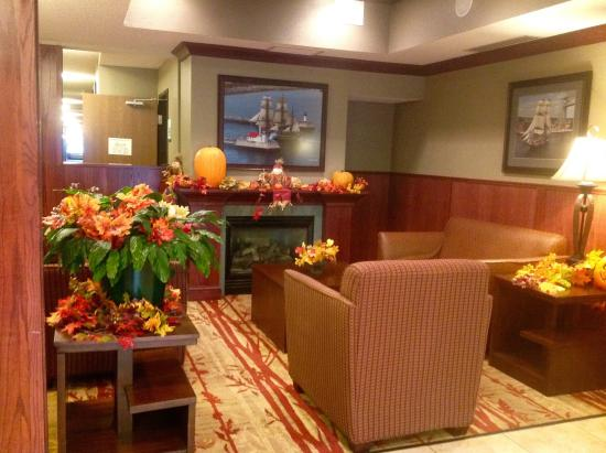 Holiday Inn Express Superior: Lovely lobby-dressed for fall