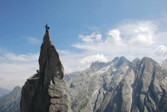 """Alpine School Bergaufbergab: Das legendäre Wahrzeichen """"Fiamma"""" in Bergell. (Schweiz, Graubünden)"""