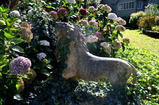 Stone lion on the lawn of Bebeah, Mt Wilson