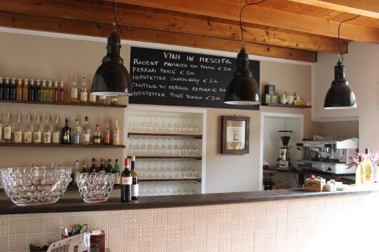 Bancone con vecchie lampade industriali picture of osteria piccola