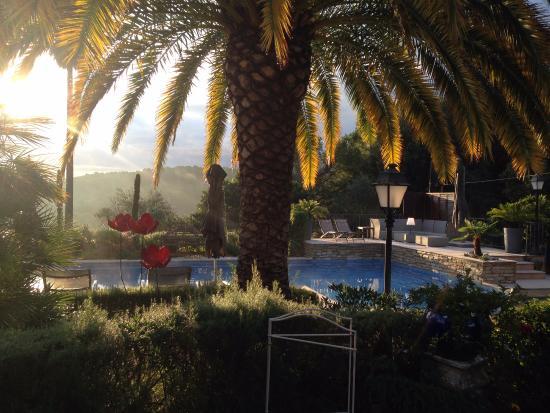 Villa Cedria : sfeerindruk 's morgens vroeg van het zwembad