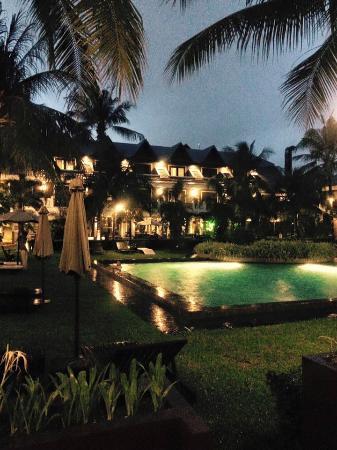 Uitzicht op het zwembad by night