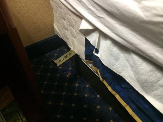 Baymont Inn & Suites Columbia Northwest: Metal sticking out from the beds. Be careful!